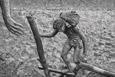 Sebastiao Salgado, Hand: Transporting Bags of Dirt, Sierra Pelada, Brazil, 1986